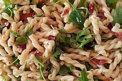 Nudelsalat mit Rucola und Pinienkernen in Balsamico - Dressing 2