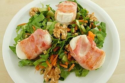 Ziegenkäsebällchen im Speckmantel auf Karotten - Endivien - Salat