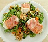 Ziegenkäsebällchen im Speckmantel auf Karotten - Endivien - Salat (Bild)