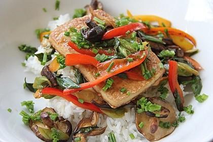 Gebratener Tofu auf Gemüse