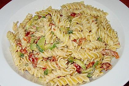 Nudelsalat mit Zucchini und getrockneten Tomaten 1