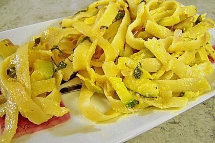 Nudelsalat mit Zucchini und getrockneten Tomaten 4