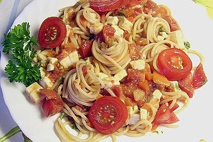 Spaghetti mit rotem Pesto und Schafskäse