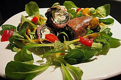 Mangold - Ziegenfrischkäse - Röllchen mit Serranoschinken auf Salat 1