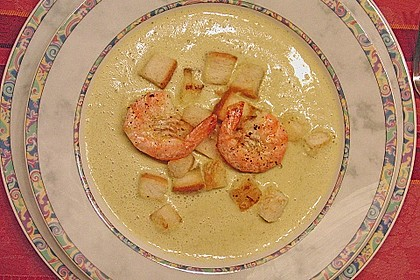 Brokkolicremesüppchen mit gebratenen Gambas und Croutons 3