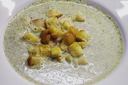 Brokkolicremesüppchen mit gebratenen Gambas und Croutons 9