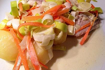 Heilbutt im Gemüsebett mit Senfsauce und kleinen Kartoffeln