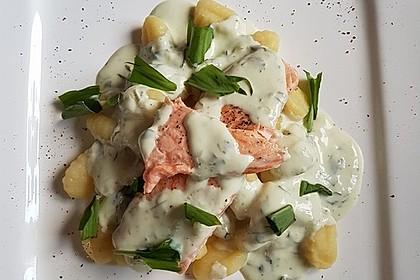Gebratener Lachs auf Gnocchi mit Bärlauch - Frischkäse - Sauce