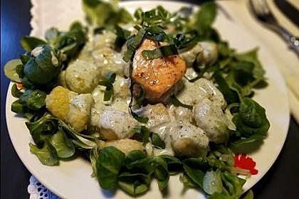Gebratener Lachs auf Gnocchi mit Bärlauch - Frischkäse - Sauce (Bild)