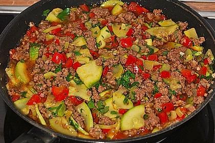 Orientalische Hackfleisch - Gemüse - Pfanne mit Joghurt - Minz - Sauce 1