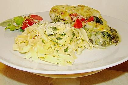 Hühnerbrust mit Spinat und Kräutersauce