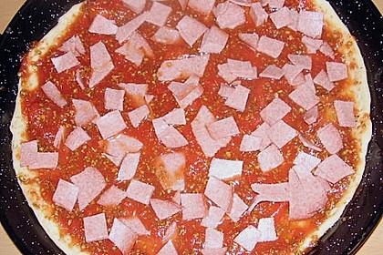 Familienpizza mit Ananas und Salami 3