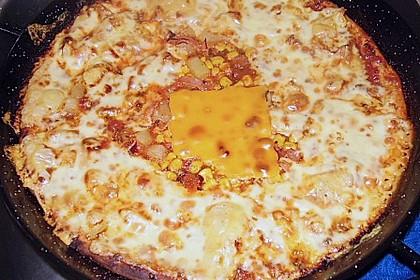Familienpizza mit Ananas und Salami