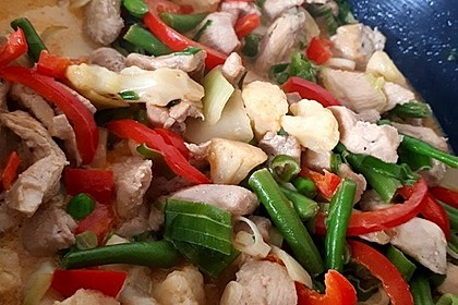 Thaicurry mit Hähnchenbrust und Kokosmilch (Bild)