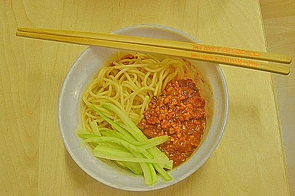 Chinesische Spaghetti mit scharfer Fleischsauce