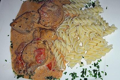 Schweinefilet mit Tomaten - Kräutersauce und Penne
