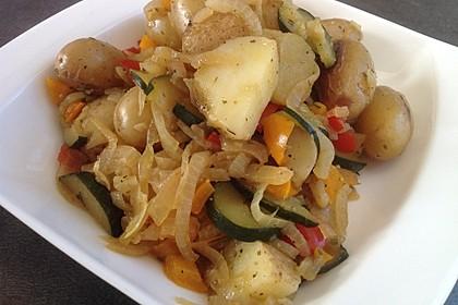 Sommerliche Gemüsepfanne mit kleinen Kartoffeln (Bild)