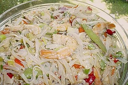 Asiatischer Glasnudelsalat mit Garnelen und Gemüse (Bild)