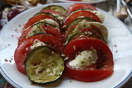 Leichter Zucchini - Tomaten - Mozzarella - Salat (Bild)