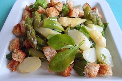 Frühlingssalat mit weißem und grünem Spargel