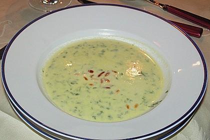 Rucolacremesuppe mit gerösteten Pinienkernen 16