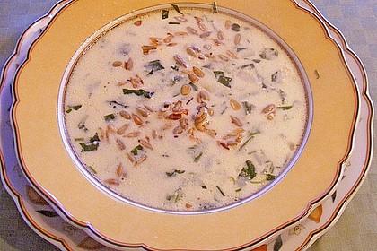 Rucolacremesuppe mit gerösteten Pinienkernen 10