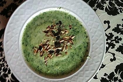Rucolacremesuppe mit gerösteten Pinienkernen 26
