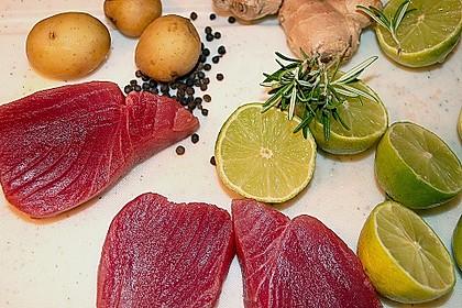 Steak vom Thunfisch mit Pfeffer - Limetten - Kruste an mariniertem Spargel mit Röstkartoffeln 2