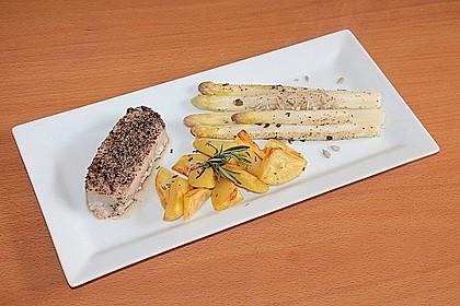 Steak vom Thunfisch mit Pfeffer - Limetten - Kruste an mariniertem Spargel mit Röstkartoffeln
