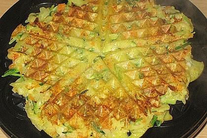 Gemüsepuffer mit Kartoffeln, Zucchini und Möhren (Bild)