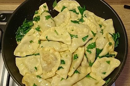 Ravioli, gefüllt mit Mozzarella, getrockneten Tomaten und Rucola (Bild)