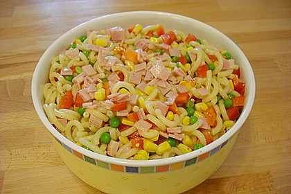 Nudelsalat mit Paprika und Mais