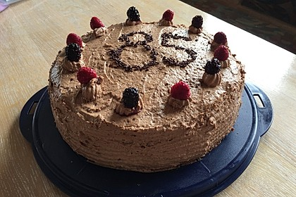 Versteckte Schokoladentorte mit Beeren 13