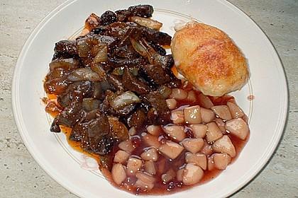 Zwiebelschmorfleisch mit Büffelmozzarella - Kartoffeln an Birnenkompott