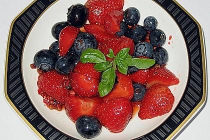 Erdbeeren mit Heidelbeeressig