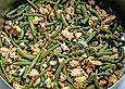 Scharfes Hühnerfleisch mit Thai-Basilikum