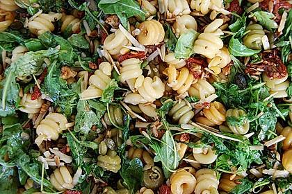Nudelsalat, kernig, mit Rucola, Tomaten und Parmesan 1