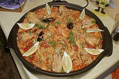 Paella mit Fisch, Fleisch, Geflügel und Meeresfrüchten 3