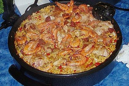 Paella mit Fisch, Fleisch, Geflügel und Meeresfrüchten