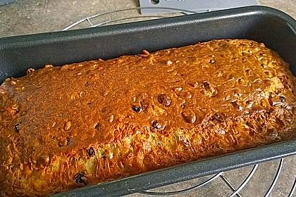 Cake mit Ziegenkäse, Nüssen und Korinthen