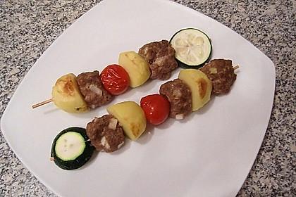 Kartoffel-Hack-Spieße mit Kräuterdip (Bild)