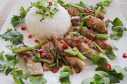 Gebratenes Fischfilet mit Stangensellerie - Pad Plah Keun Chai