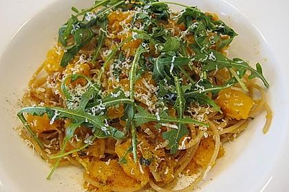 Pasta mit Kürbis, Rucola und Walnusspesto