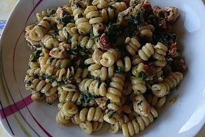 Nudeln mit Spinat-Puten-Sauce 1