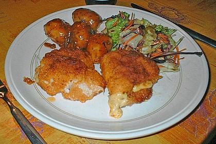 Hähnchen Cordon Bleu mit Kartoffeln mediterrane Art und frischem Salat 2