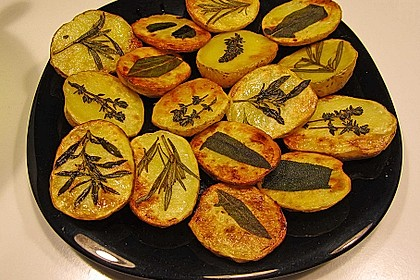 Ofenkartoffeln mit frischen Kräutern (Bild)