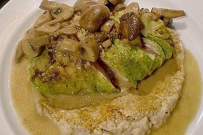 Geflügelbrust im Wirsingblatt auf Maronenpüree mit Pilzsauce 4