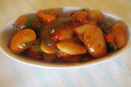 Salat aus weißen Bohnen und Zwiebeln