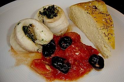 Gefüllte Schollenröllchen auf Tomaten mit geröstetem Baguette