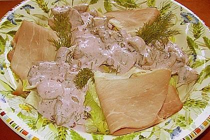 Pilzsalat mit Preiselbeer - Kräuter - Sauce und Eisbergsalat